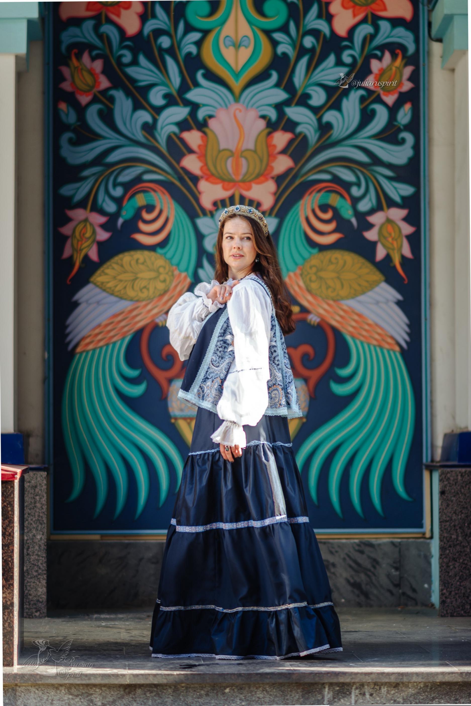девушка в платье в русском стиле