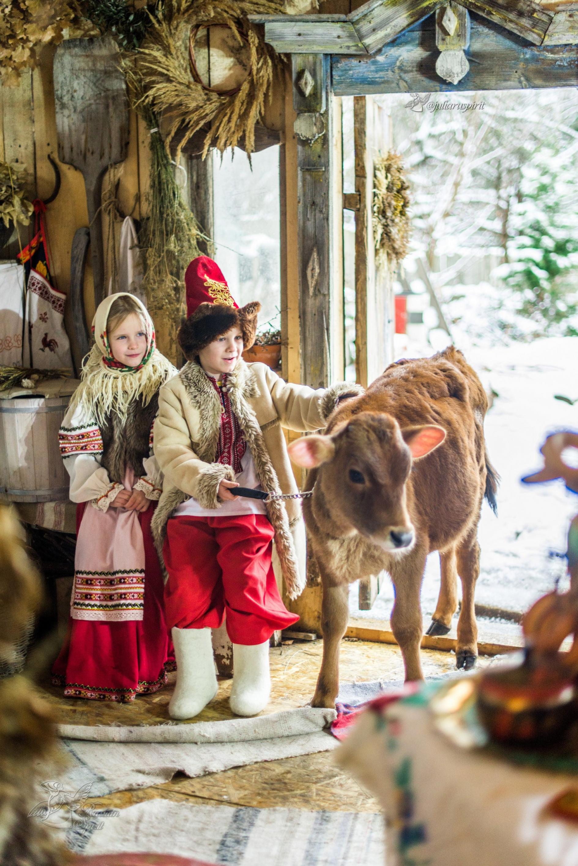 Дети с бычком в старинном доме в русском стиле