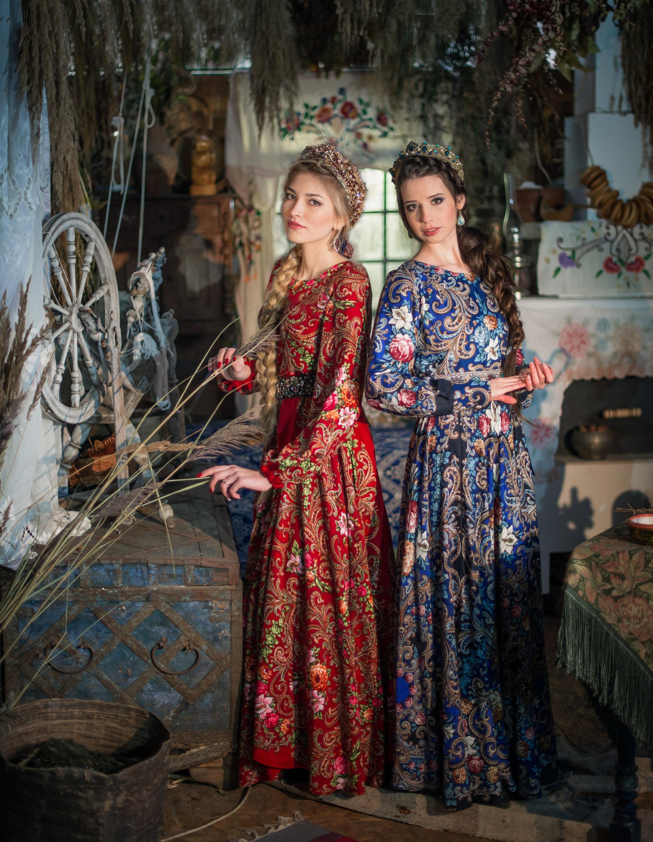 Девушки в платьях из Павлопосадских платков в русской старинной избе