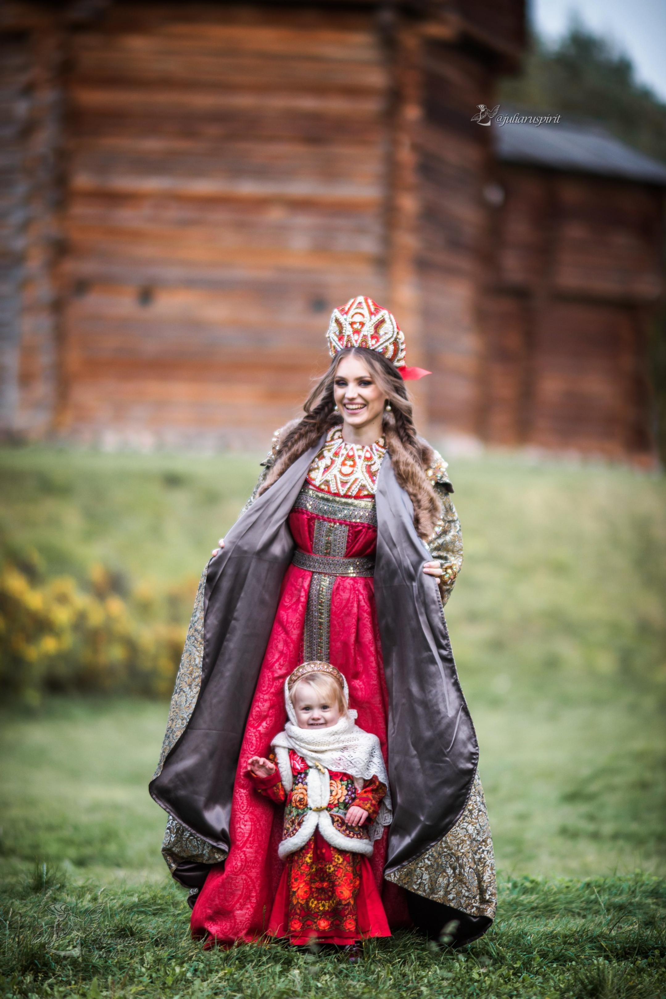 мама с дочкой на фоне деревянного кремля в русском стиле
