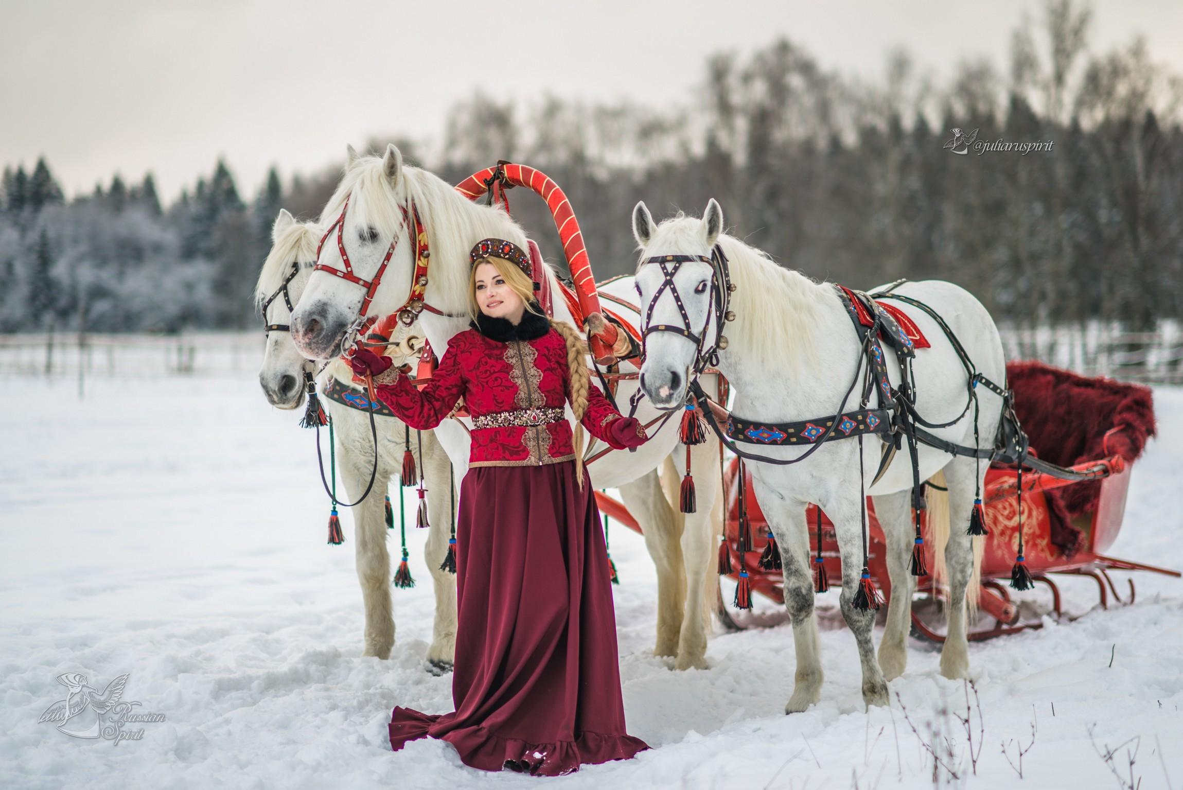 Девушка в русском народном костюме с тройкой лошадей