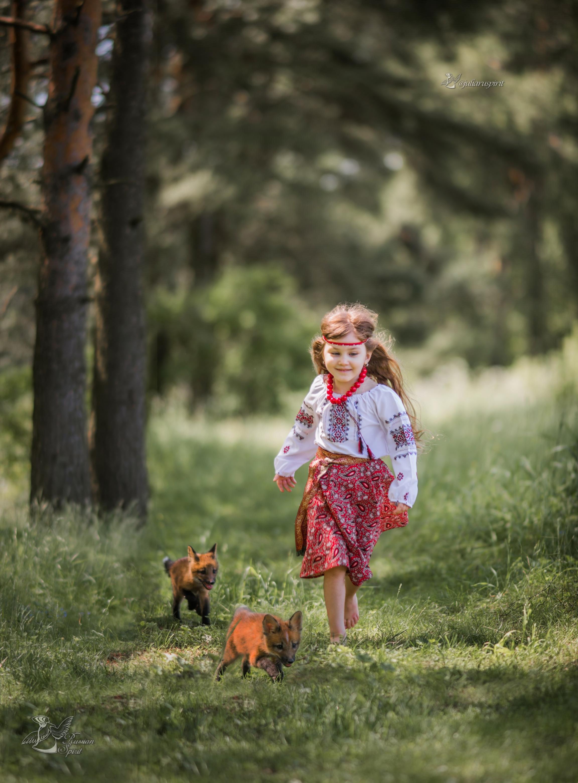 Девочка в русском народном костюме с лисятами