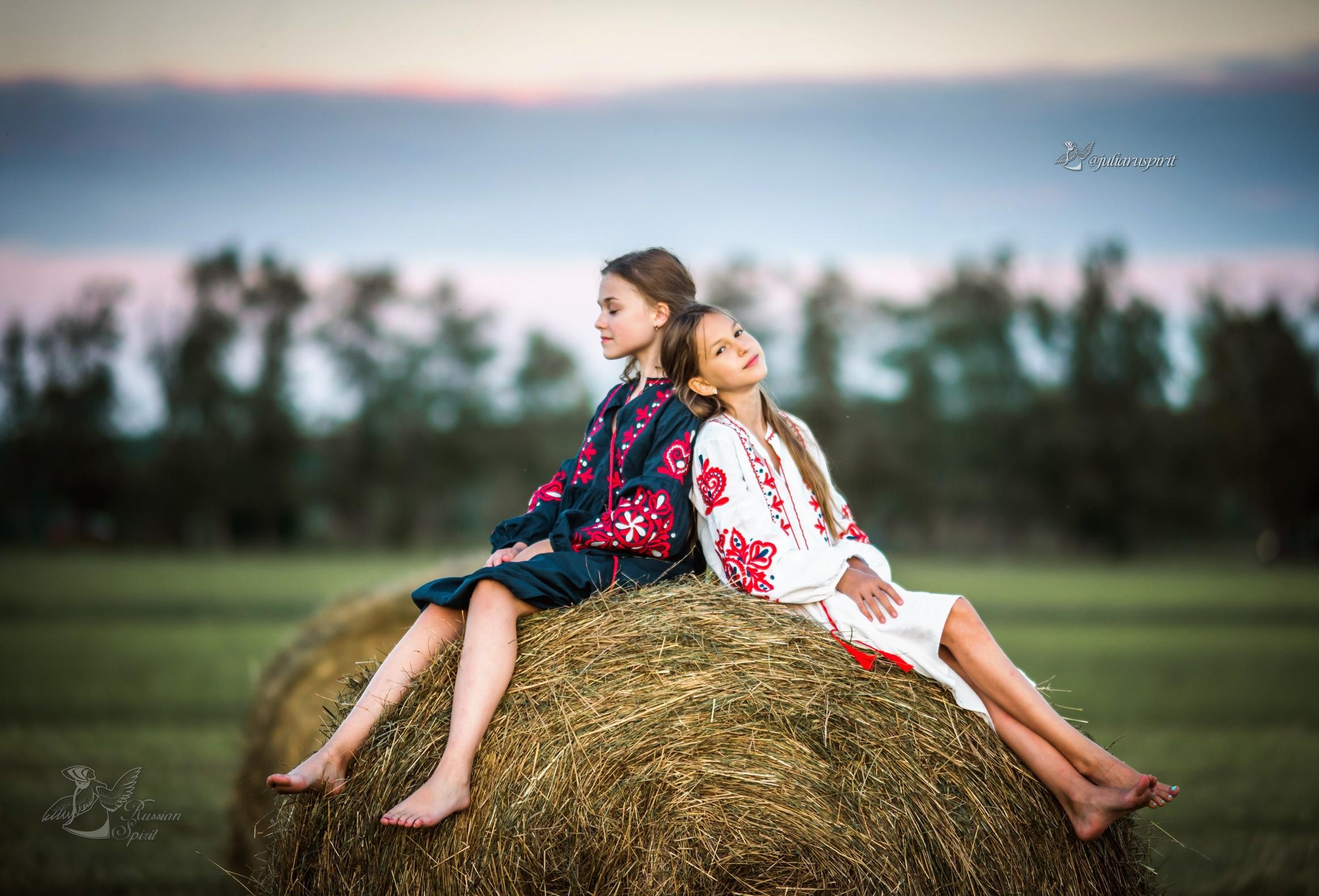 девочки на стоге в национальных платьях