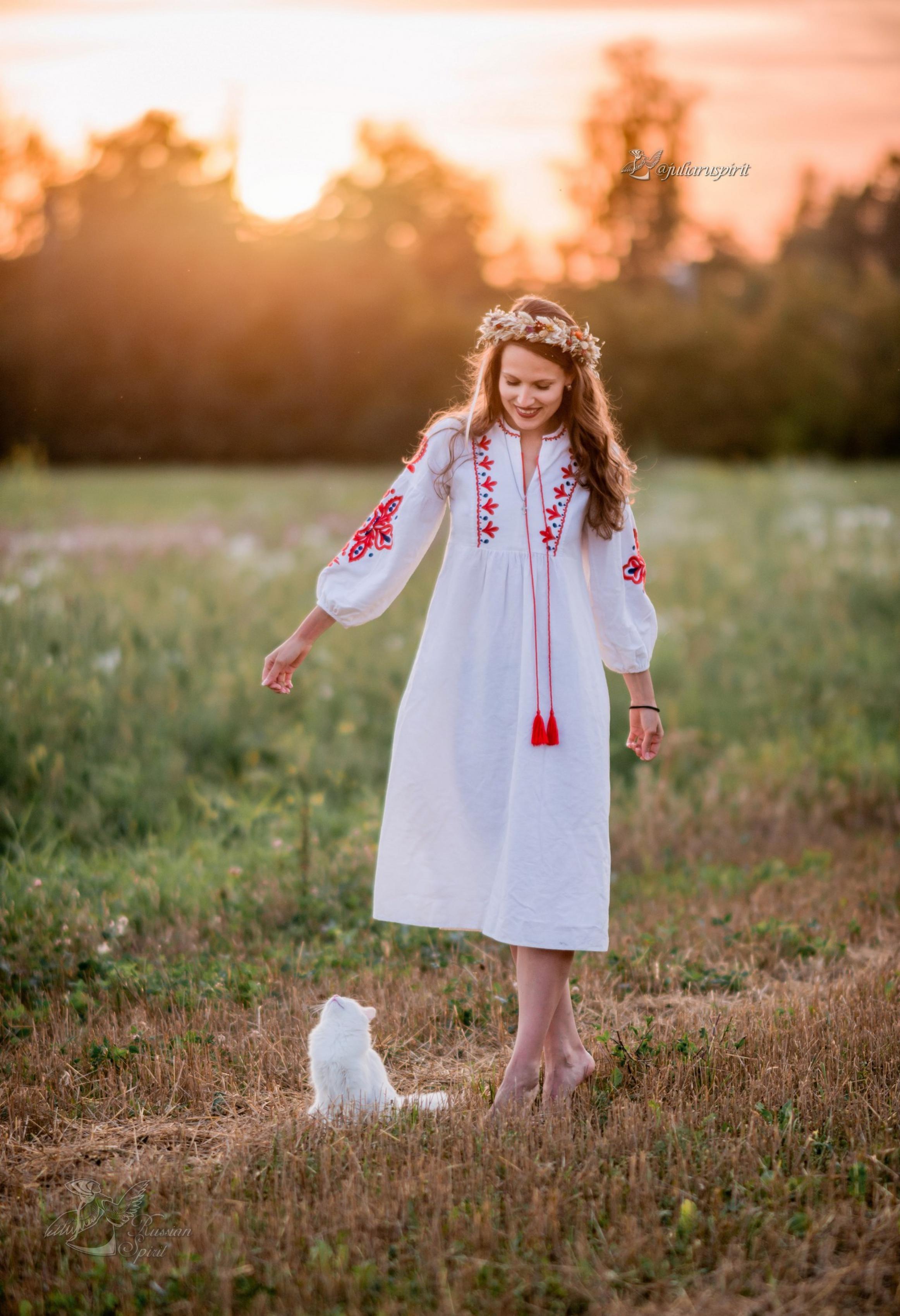 Девушка с кошкой в поле в платье с вышивкой