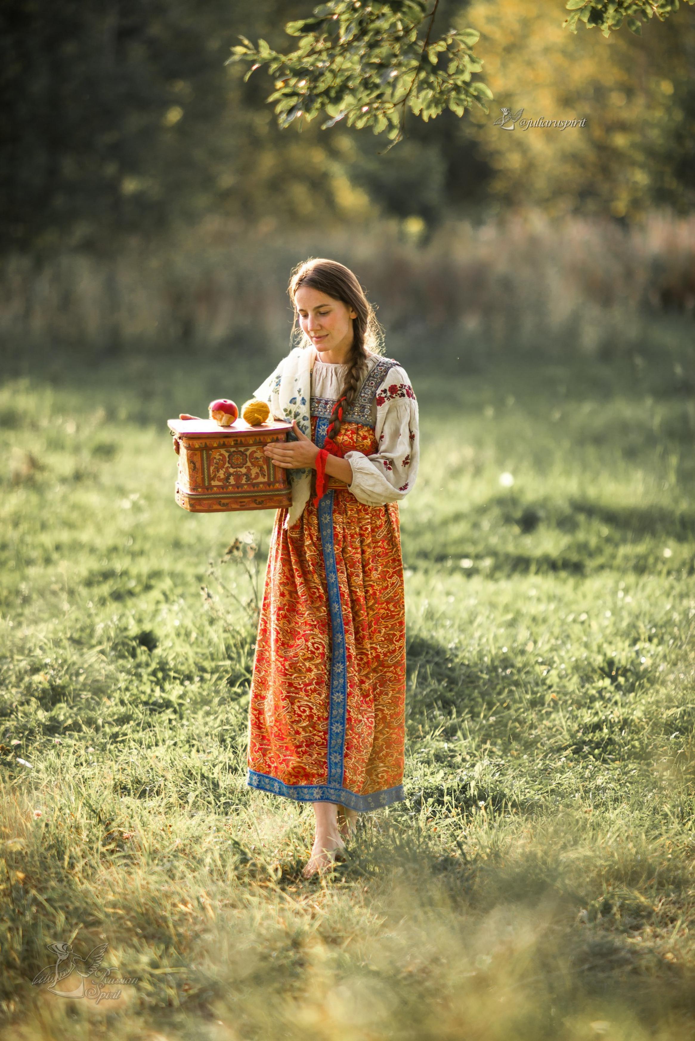 Девушка в платье в русском стиле на лугу