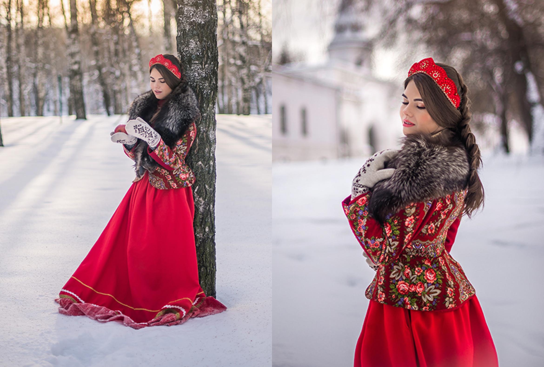 Девушка в костюме боярыни у берёзы