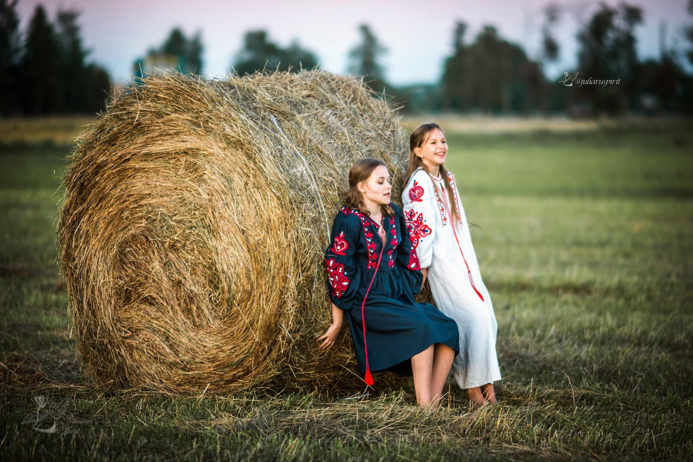 девочки у стога в национальных платьях
