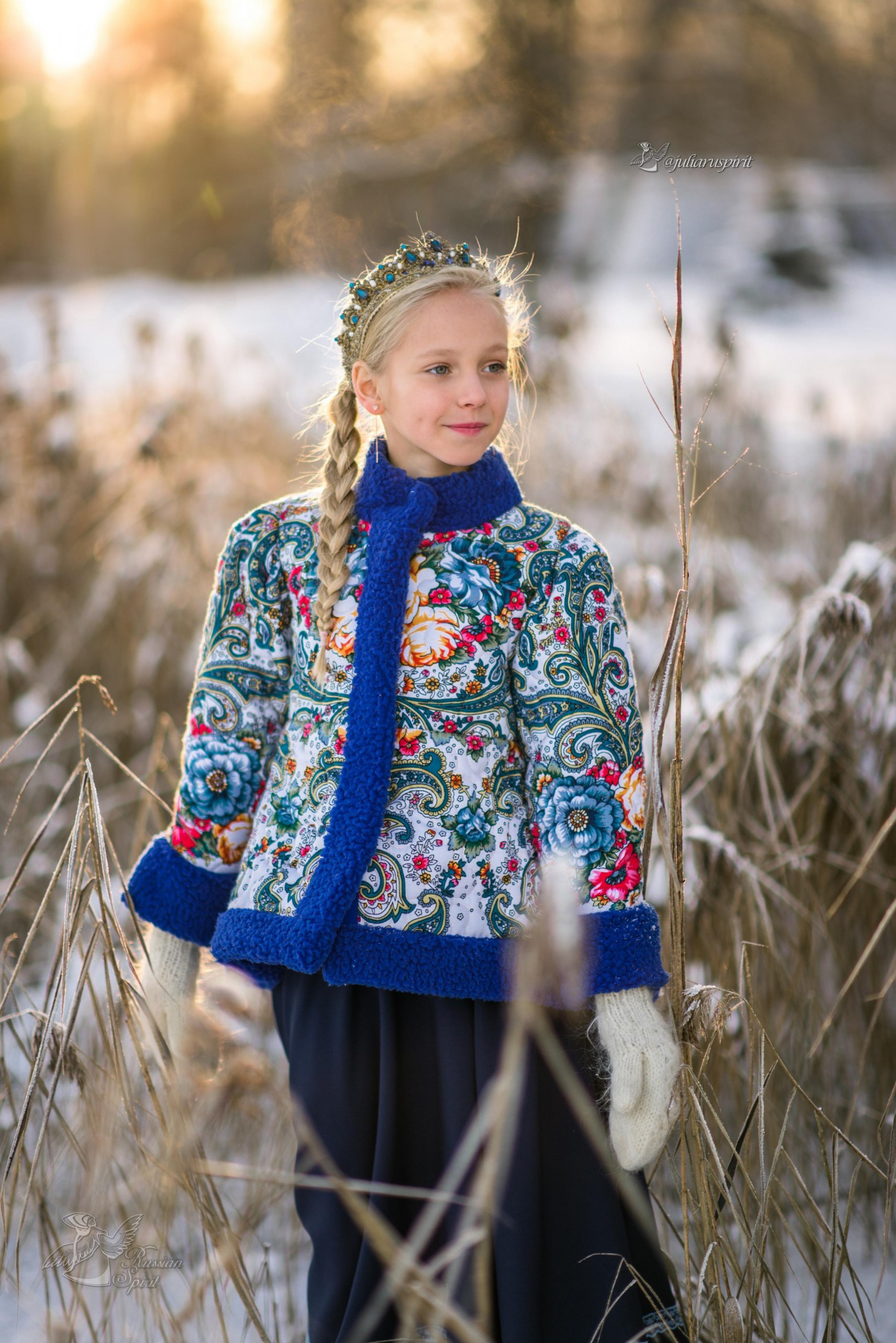Девочка в поле в утепленном жакете из Павлопосадских платков