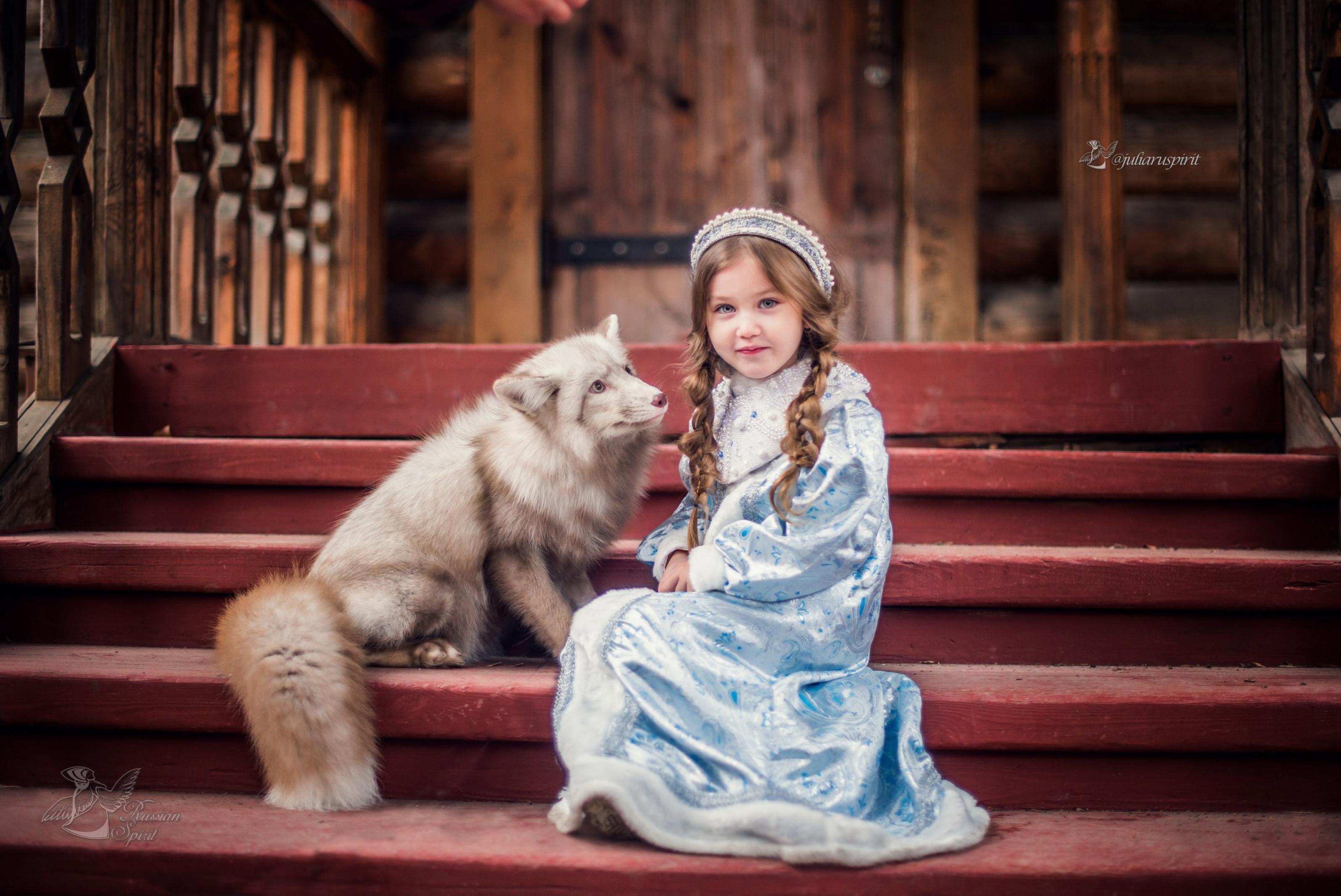Девочка на крылечке с лисой в костюме снегурочки