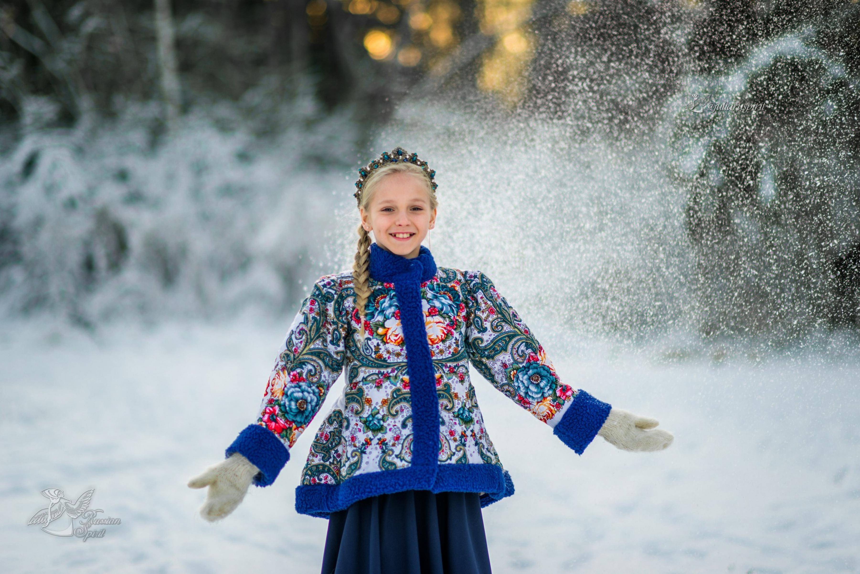 Девочка в зимнем лесу в утепленном жакете из Павлопосадских платков