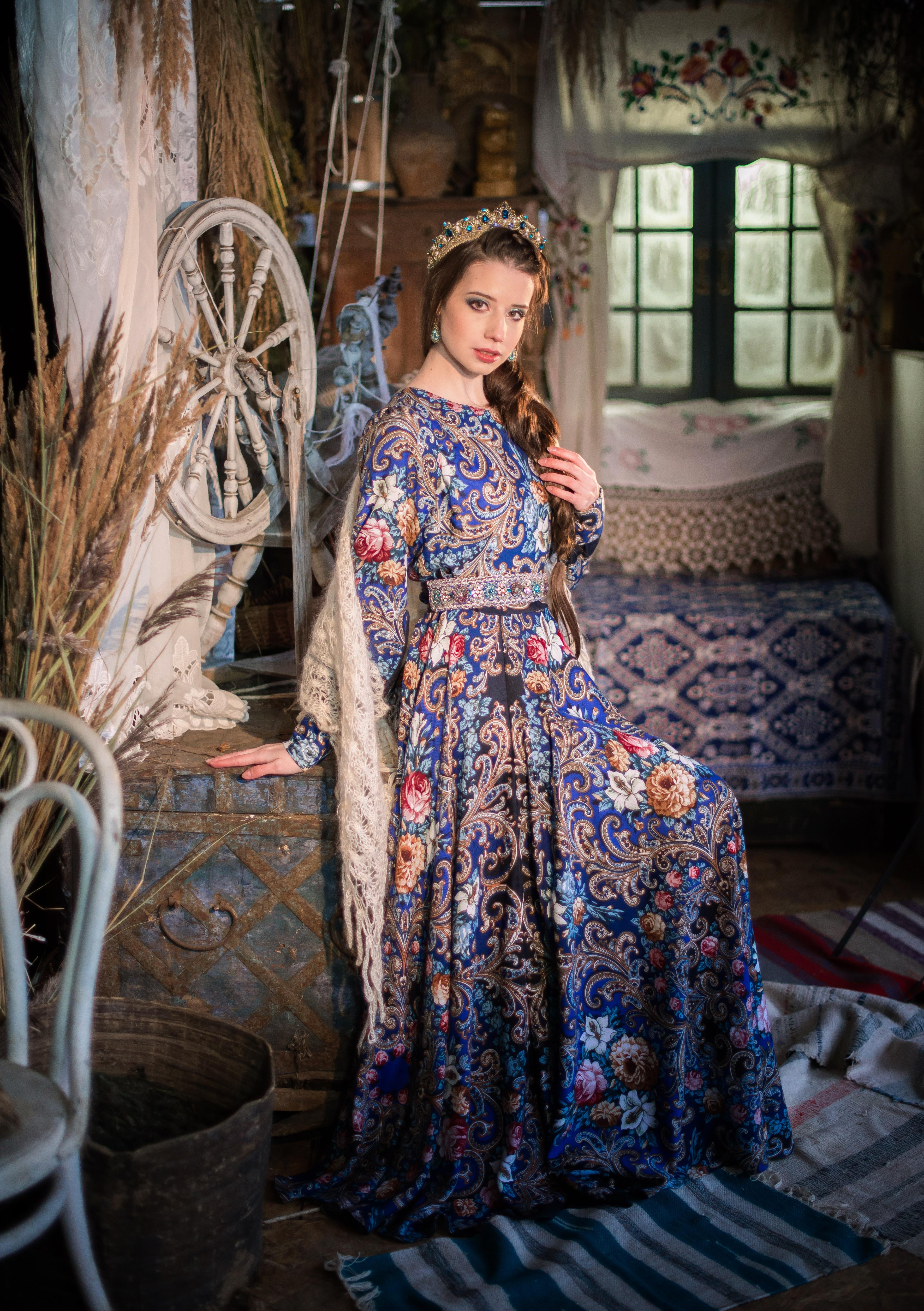 Девушка в платье из Павлопосадских платков в темно-синей расцветке в русской старинной избе