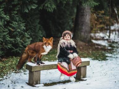 Девочка в плюшевой шубке с лисой на лавочке