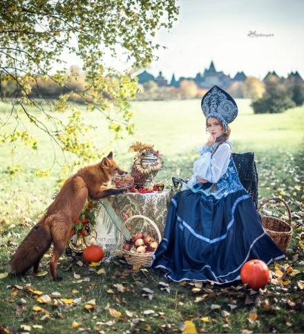 Дувушка на платье в русском стиле с кокошником за осенним столом