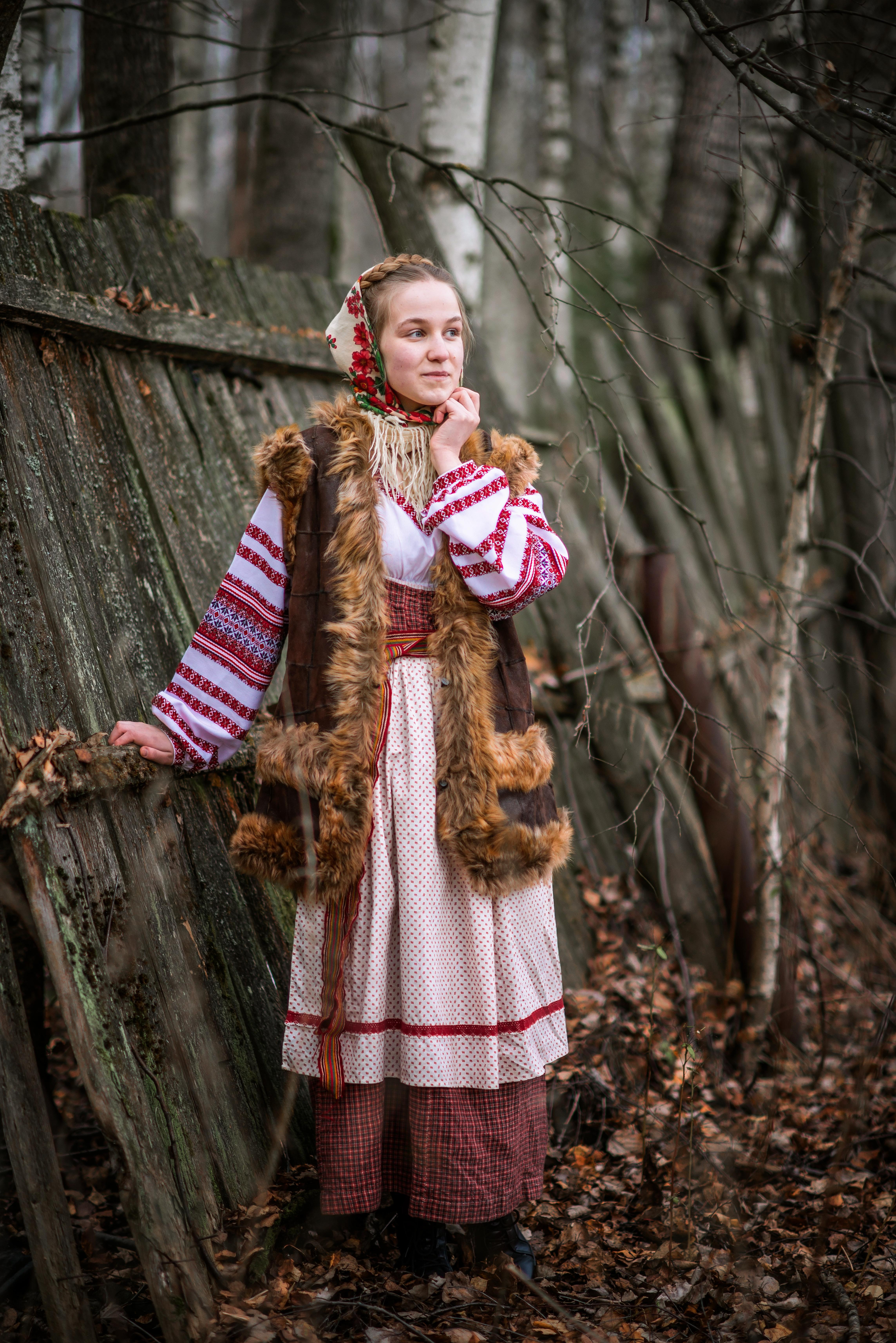 Девочка в национальном русском костюме