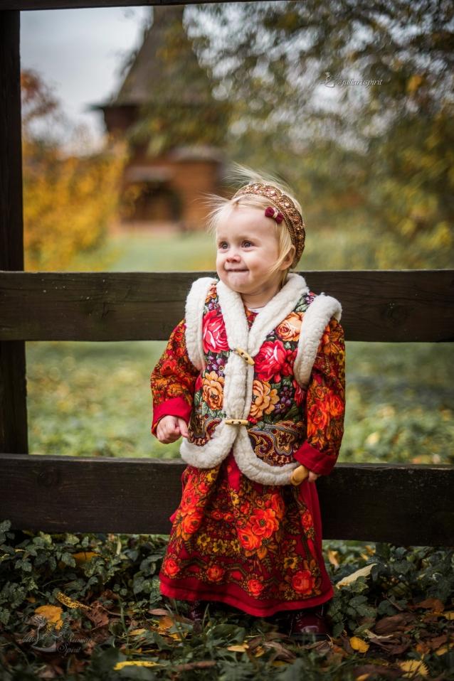 Девочка в национальном русском платье с жилетом