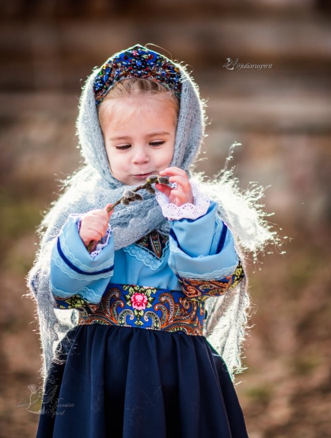 Девочка в национальном русском платье в пуховом платке