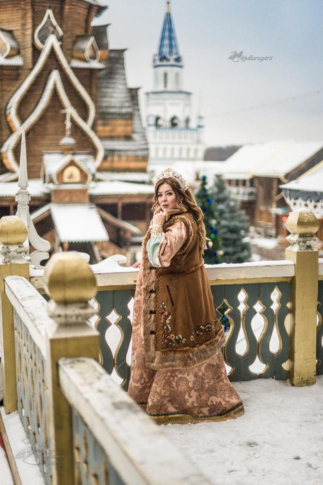 Девушка в жилете в русском стиле на фоне измайловского кремля