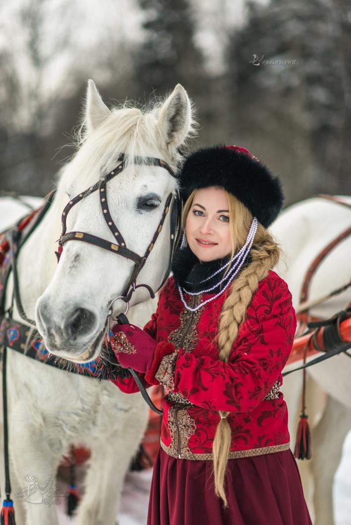 Девушка на фотосессии в русском народном костюме с лошадью