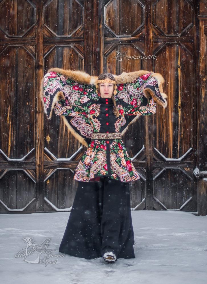 девушка на фоне деревянных ворот в русском стиле
