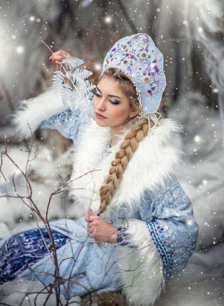 Снегурочка - девушка в  кафтане, расшитом бусинами