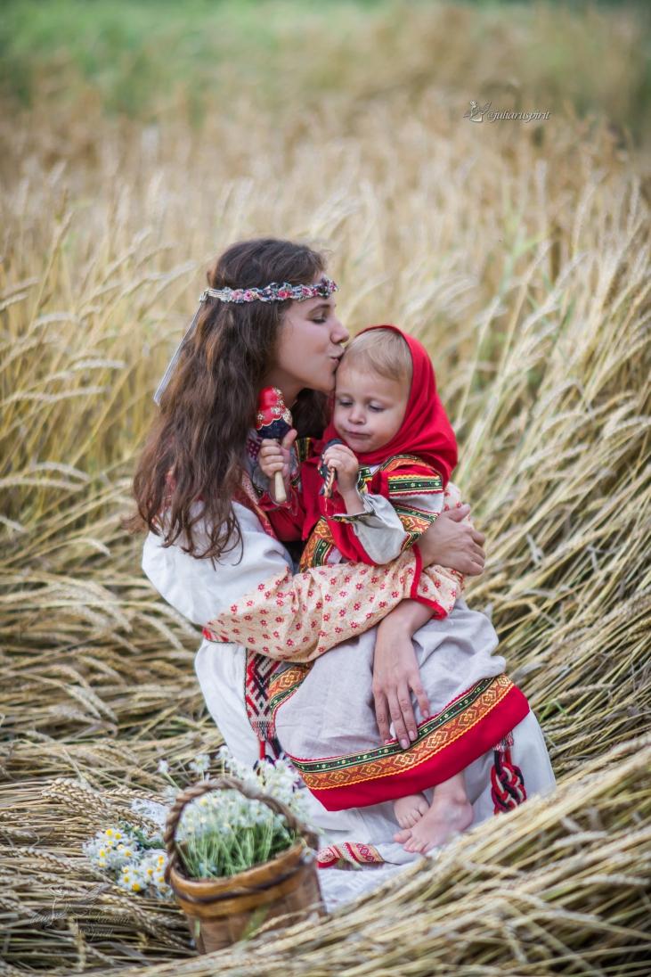 Мама с дочкой в поле в национальных костюмах