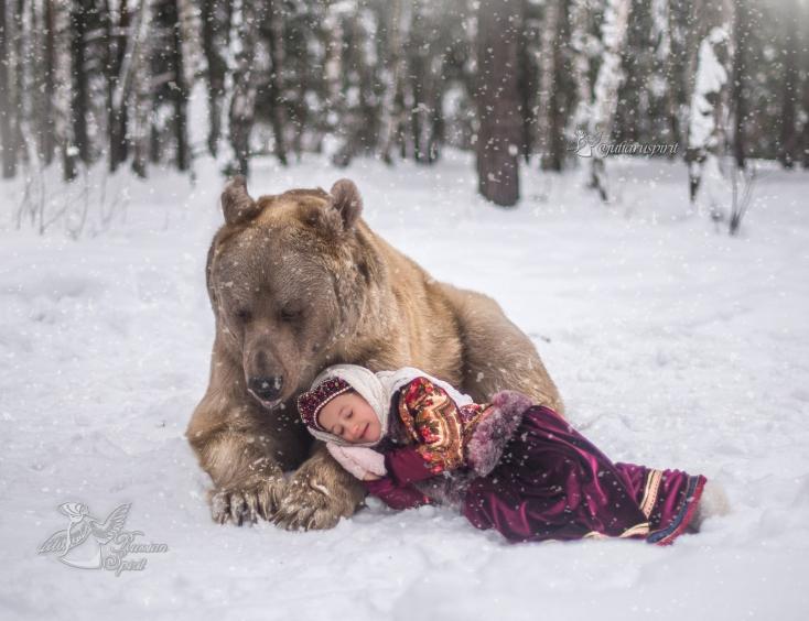 Девочка спит у медведя Степана