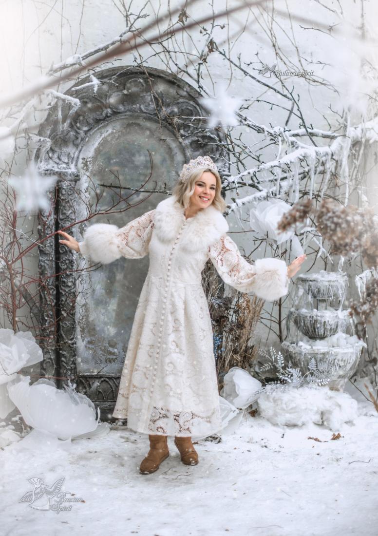 Зимняя фотосессия девушки в нежном кружевном платье