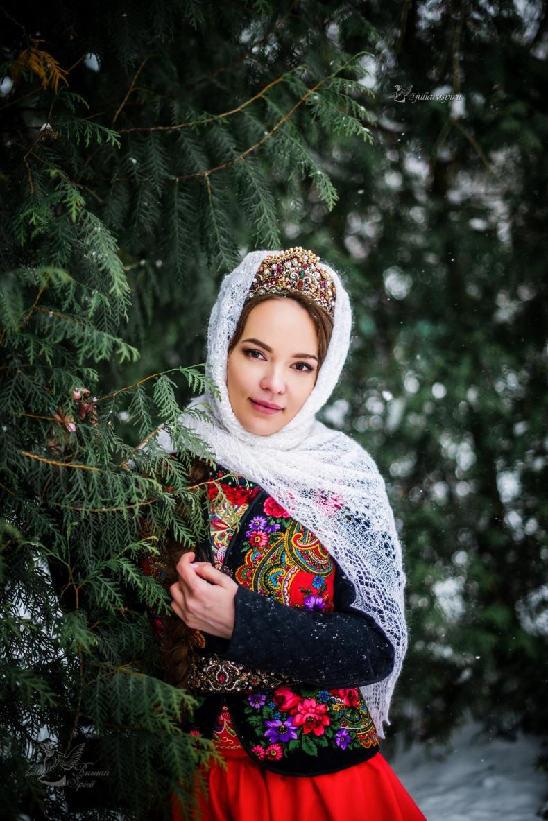 Девушка в жакете у дерева