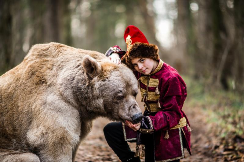 Мальчик в костюме в русском стиле с медведем