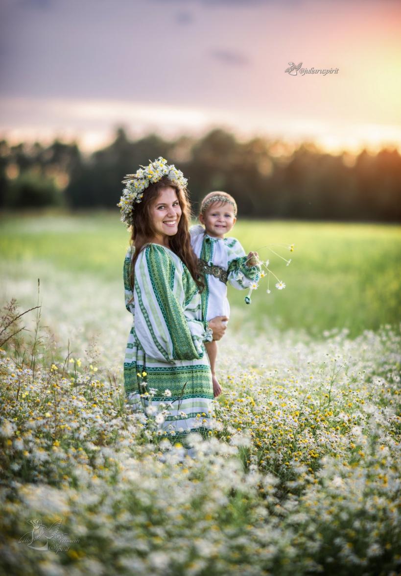 Мама с дочкой в ромашковом поле на закате