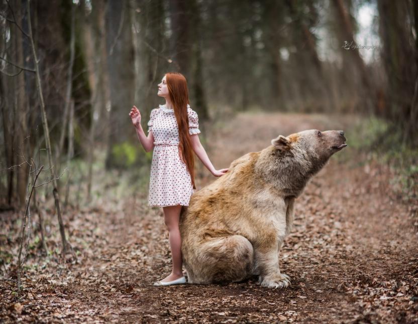 Девочка в платье с медведем