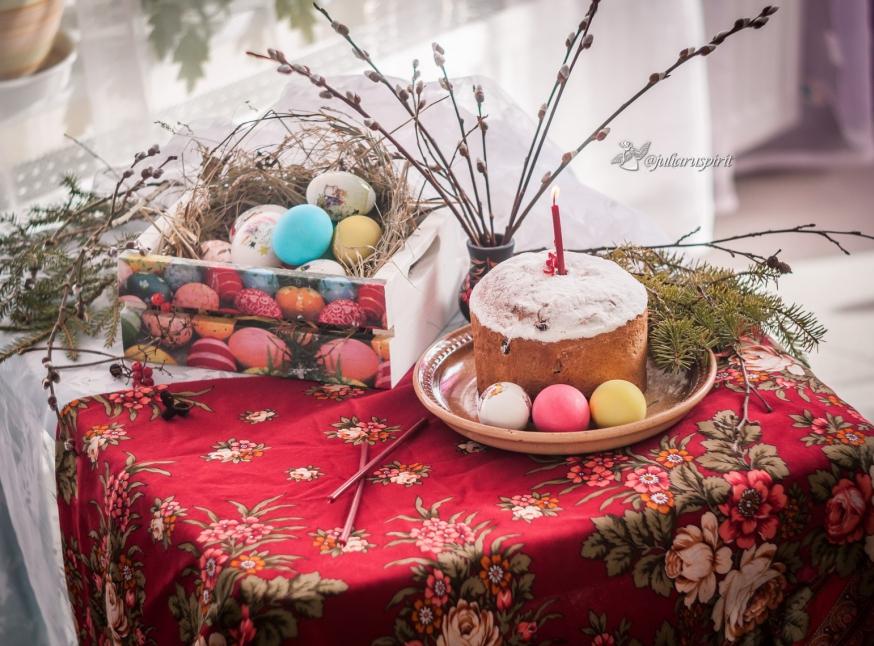 Пасхальный кулич и крашеные яйца в коробочке