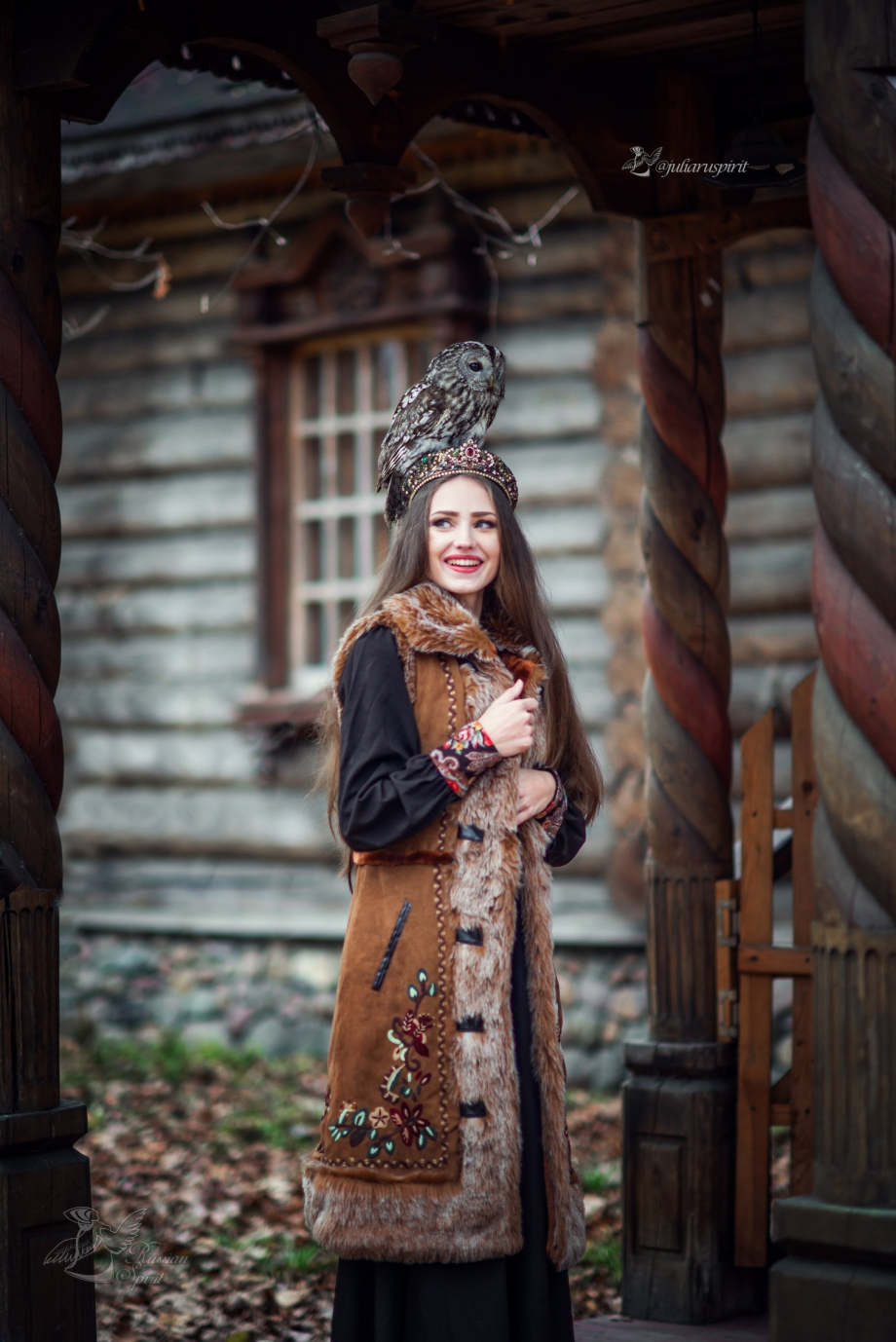 Девушка в жилете в русском стиле на фоне терема
