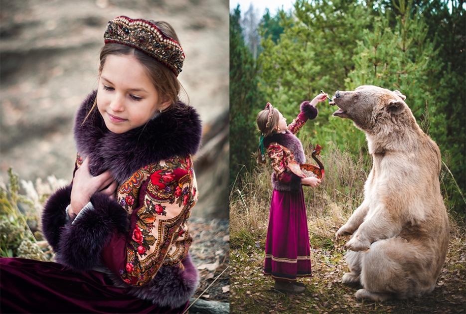 Девочка в костюме в русском стиле кормит медведя Степана