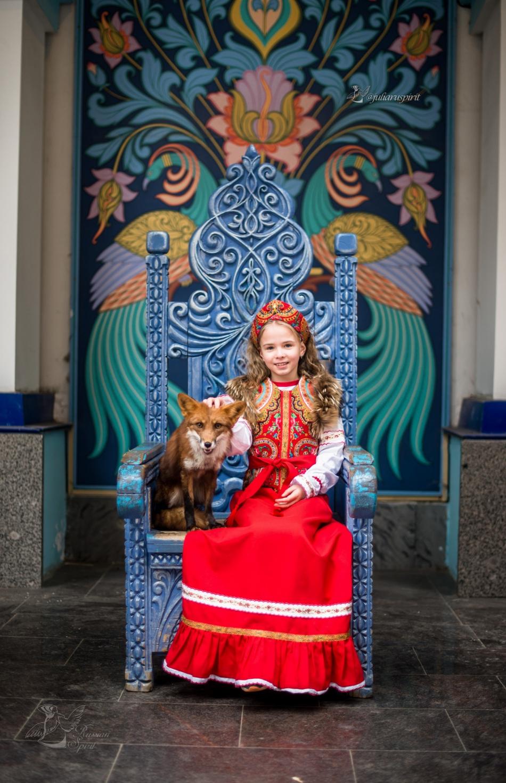 Девочка с лисой в царском расписном кресле