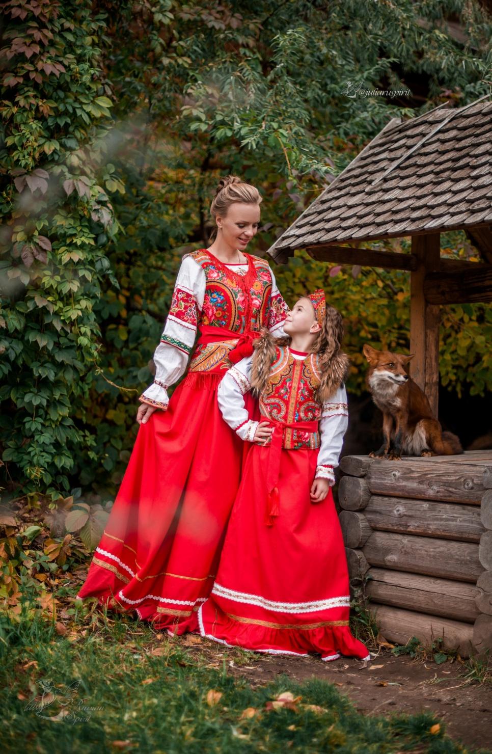 Дочка с мамой в платье в русском стиле у колодца с лисой